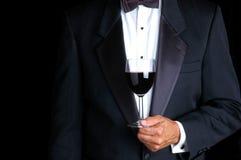 Homme retenant une glace de vin photos stock