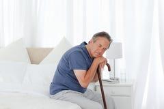 Homme retiré avec son bâton de marche Photographie stock libre de droits
