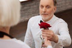 Homme retiré barbu exprimant l'amour à la femme en salle de bal Photographie stock libre de droits