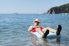 Homme retiré jouant en eau de mer photographie stock libre de droits