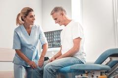 Homme retiré venant chez le chiroprakteur pour le contrôle régulier photo libre de droits