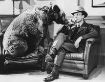 Homme réfléchi avec l'ours (toutes les personnes représentées ne sont pas plus long vivantes et aucun domaine n'existe Garanties  Images stock