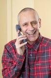 Homme riant au téléphone Image libre de droits