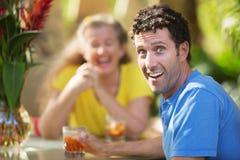 Homme riant avec l'ami Image libre de droits