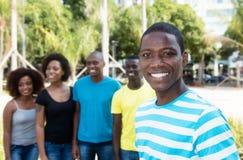 Homme riant d'afro-américain avec le groupe de personnes d'Afrique Image stock