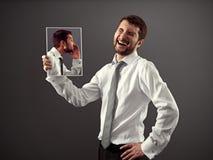 Homme riant d'une plaisanterie photographie stock