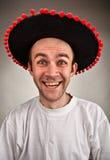 Homme riant dans le chapeau de sombrero Photographie stock