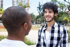 Homme riant de hippie parlant avec l'ami d'afro-américain Photos libres de droits