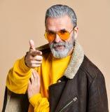 Homme riche élégant supérieur avec une barbe et moustache dans un manteau en cuir photo libre de droits