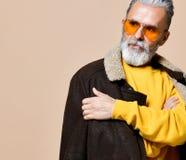 Homme riche élégant supérieur avec une barbe et moustache dans un manteau en cuir photo stock