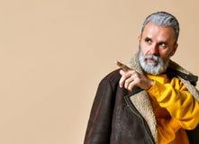 Homme riche élégant supérieur avec une barbe et moustache dans un manteau en cuir photos stock