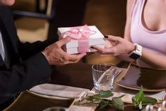 Homme riche donnant un présent à la femme Images stock