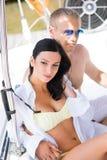 Homme riche et une belle et sexy femme dans un maillot de bain Photo stock