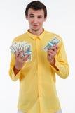 Homme riche tenant la pile de l'argent photographie stock libre de droits