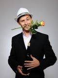 Homme romantique bel avec la fleur et la vigne roses Photo libre de droits