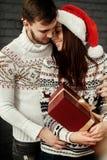 Homme romantique bel embrassant et étreignant la femme émotive de brune Image libre de droits