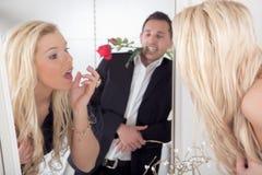 Homme romantique et une belle femme Photos libres de droits