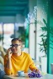 Homme romantique parlant par le téléphone en café Photographie stock