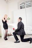 Homme romantique proposant à son amie Photo libre de droits