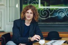 Homme rougeâtre intéressant de portrait posant avec du café photographie stock