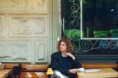 Homme rougeâtre intéressant de portrait posant avec du café photo libre de droits