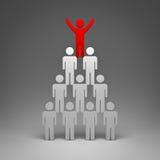 Homme rouge se tenant avec des bras grands ouverts sur la pyramide Photo stock