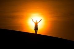 Homme rougeoyant sur la colline Image libre de droits