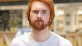 Homme roux de barbe secouant la tête pour rejeter l'offre, non photographie stock libre de droits