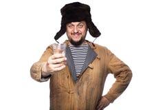 Homme russe heureux offrant une vodka, acclamations Images stock