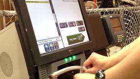 Homme sélectionnant le chou de Milan de épicerie banque de vidéos