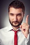 Homme sérieux affichant le signe d'attention Photos libres de droits