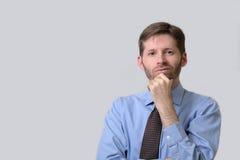 Homme sérieux d'affaires avec la main sur le menton Image libre de droits