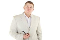 Homme sérieux dans un costume blanc Photographie stock libre de droits