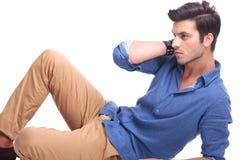 Homme sérieux de mode se couchant Photographie stock libre de droits