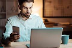 Homme sérieux regardant son ordinateur Photo stock