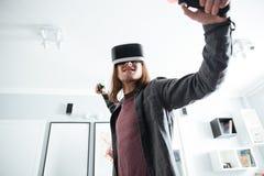 Homme sérieux reposant à la maison à l'intérieur des jeux de jeu Photo libre de droits