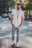 Homme sérieux se tenant sur le trottoir et regardant droit devant Photos libres de droits