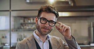 Homme sûr avec le portrait de sourire de lunettes Homme d'affaires d'entreprise, indépendant, petit entrepreneur au restaurant clips vidéos