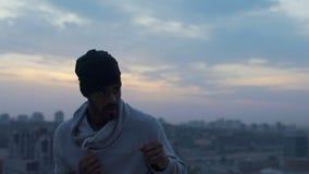 Homme sûr réchauffant et enfermant dans une boîte avec des ombres pour être fort, arts martiaux clips vidéos