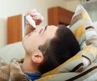 Homme s'égouttant des gouttes pour le nez Photos stock