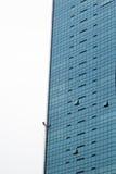 Homme s'élevant sur un édifice haut à Singapour Photo stock