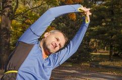 Homme s'étirant avant séance d'entraînement en plein air image stock
