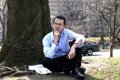 Homme s'asseyant à l'extérieur Photo libre de droits