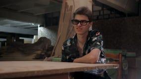 Homme s'asseyant à la table banque de vidéos