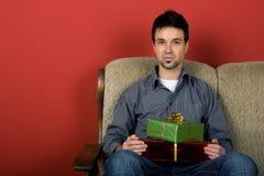 Homme s'asseyant avec le cadeau Image libre de droits