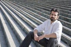 Homme s'asseyant dans des escaliers Photos stock