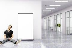 Homme s'asseyant dans le bureau moderne Image stock