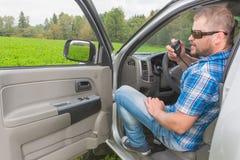 Homme s'asseyant dans une voiture Images stock
