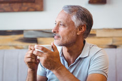 Homme s'asseyant en café ayant le café Image stock