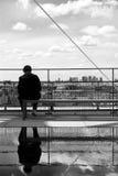 Homme s'asseyant et horizon de Paris Photographie stock